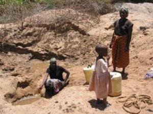 HOOGMOED 2007 A Scoop hole being used Kitui District Kenya_medium