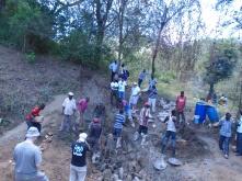 Tutta la comunità collabora alla costruzione della sand dam