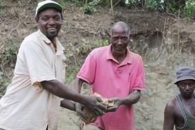 Passamano per le pietre che riempiono la base e rendono stabile la sand dam.